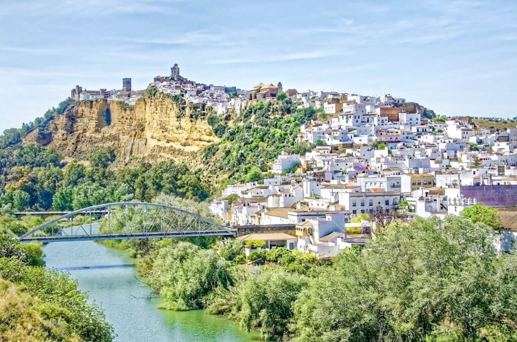 A photo of the whole town of Arcos de la Frontera sitting up on a hill